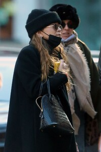 mary-kate-olsen-out-in-new-york-11-16-2020-3.jpg