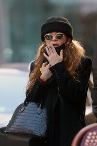 mary-kate-olsen-out-in-new-york-11-16-2020-4.jpg