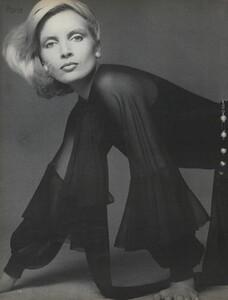 Avedon_US_Vogue_September_15th_1972_17.thumb.jpg.5dd47e033384d85f22ee9591f6bbe174.jpg