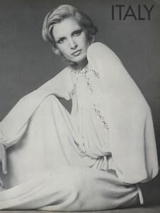Avedon_US_Vogue_September_15th_1972_22.thumb.jpg.fe5b4bbf736a89ca8254b657cf7a24dd.jpg