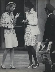 Pakchanian_US_Vogue_January_1973_03.thumb.jpg.bcfd7b7bb93b439d34ae638786be9cfe.jpg