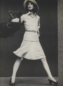 Stone_US_Vogue_September_15th_1972_03.thumb.jpg.59e1f4597195c004d426977c45b38301.jpg