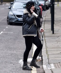 40038856-9325725-Chic_Daisy_Lowe_looked_effortlessly_stylish_on_Thursday_as_she_s-m-17_1614862163790.jpg