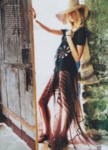 Way_Testino_US_Vogue_March_2002_05.thumb.jpg.60ef72dc40d703dd9bec07c55b9221d4.jpg