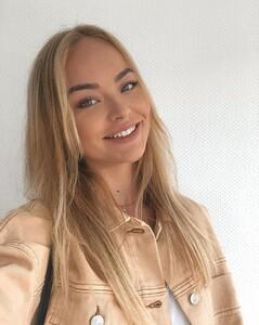 elisa-macht-ein-selfie.thumb.jpg.690f71ea07be9a87ff34939ef53df169.jpg