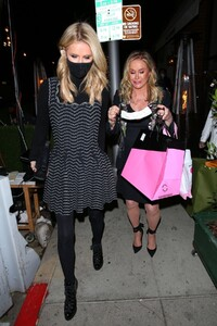 nicky-and-paris-hilton-at-her-mom-s-birthday-party-in-los-angeles-03-12-2021-0.jpg