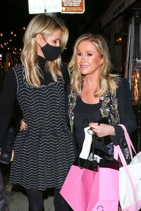 nicky-and-paris-hilton-at-her-mom-s-birthday-party-in-los-angeles-03-12-2021-2.jpg