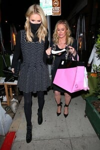 nicky-and-paris-hilton-at-her-mom-s-birthday-party-in-los-angeles-03-12-2021-4.jpg