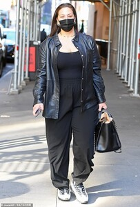 41518988-9451679-Back_in_black_Ashley_Graham_looked_casual_and_chic_while_arrivin-a-11_1617924043011.jpg