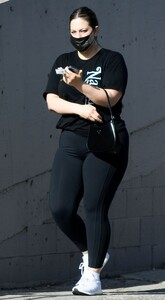 ashley-graham-out-in-los-angeles-04-15-2021-3.jpg