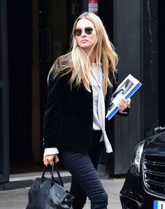kate-moss-out-and-about-in-london-04-22-2021-11.jpg