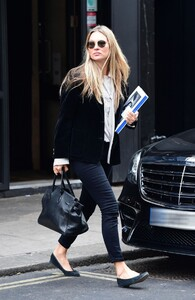 kate-moss-out-and-about-in-london-04-22-2021-8.jpg