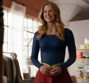 melissa_benoist_supergirl_costume_change9.jpg