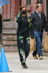 irina-shayk-out-on-mother-s-day-weekend-in-new-york-05-08-2021-2.jpg