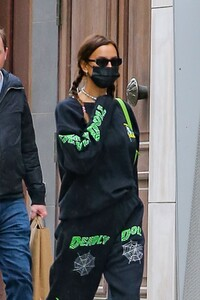 irina-shayk-out-on-mother-s-day-weekend-in-new-york-05-08-2021-4.jpg