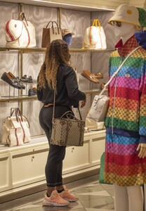 serena-williams-shopping-at-the-gucci-store-in-rome-05-13-2021-5.jpg